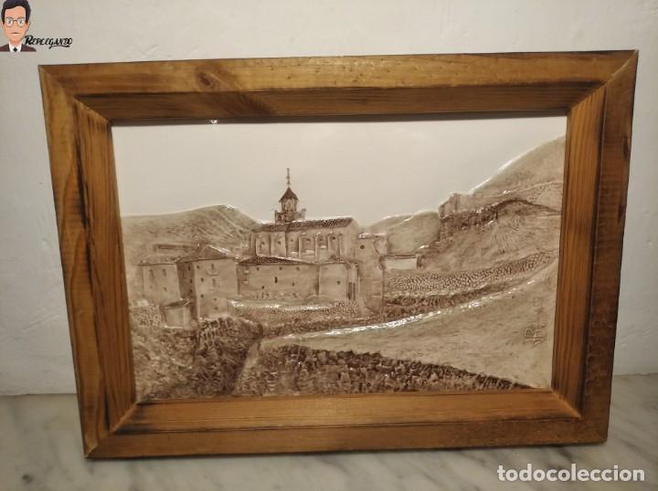 AZULEJO / BALDOSA EN RELIEVE ALBARRACÍN PUEBLO IGLESIA (TERUEL) 36 X 26 CM - ENMARCADO (J. RABANETE) (Antigüedades - Porcelanas y Cerámicas - Teruel)