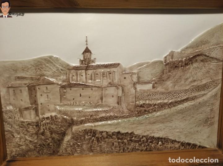Antigüedades: AZULEJO / BALDOSA EN RELIEVE ALBARRACÍN PUEBLO IGLESIA (TERUEL) 36 X 26 CM - ENMARCADO (J. RABANETE) - Foto 2 - 270945623