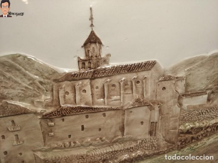 Antigüedades: AZULEJO / BALDOSA EN RELIEVE ALBARRACÍN PUEBLO IGLESIA (TERUEL) 36 X 26 CM - ENMARCADO (J. RABANETE) - Foto 3 - 270945623