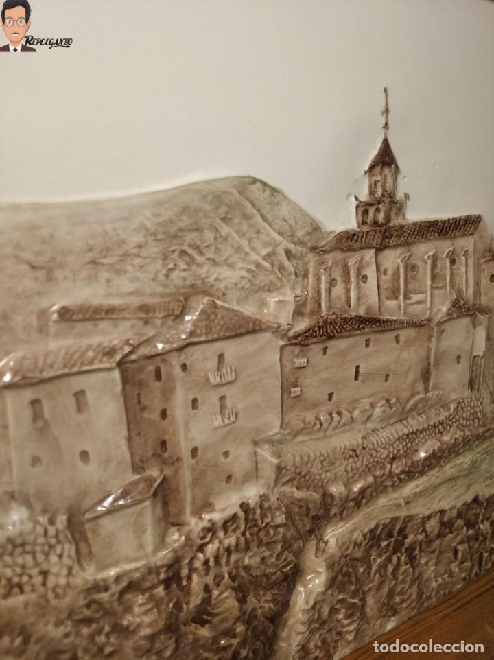 Antigüedades: AZULEJO / BALDOSA EN RELIEVE ALBARRACÍN PUEBLO IGLESIA (TERUEL) 36 X 26 CM - ENMARCADO (J. RABANETE) - Foto 4 - 270945623