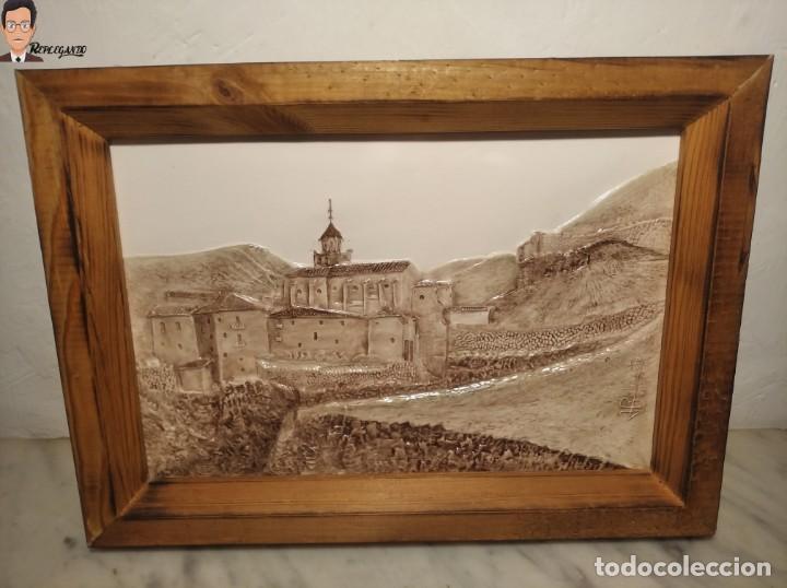 Antigüedades: AZULEJO / BALDOSA EN RELIEVE ALBARRACÍN PUEBLO IGLESIA (TERUEL) 36 X 26 CM - ENMARCADO (J. RABANETE) - Foto 14 - 270945623