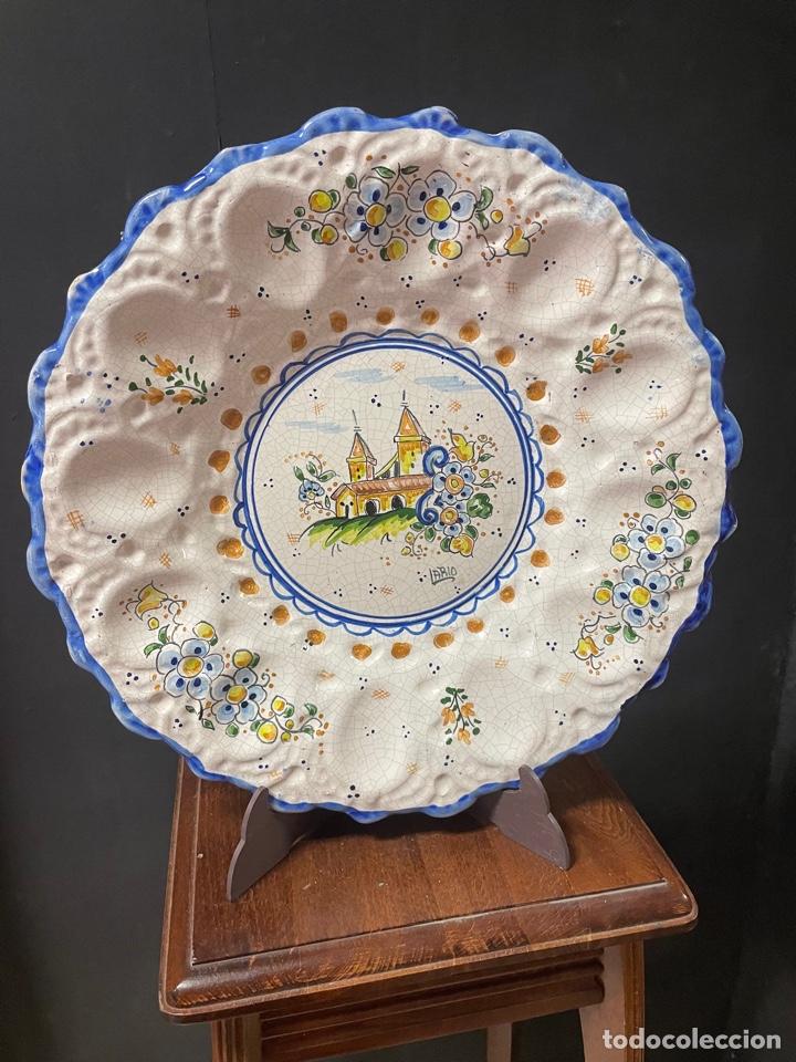 BONITO PLATO DE CERÁMICA MURCIANA PINTADO A MANO LARIO 36CM (Antigüedades - Porcelanas y Cerámicas - Lario)