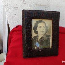 Antigüedades: DE CUERO PORTARETRATO. Lote 271146288