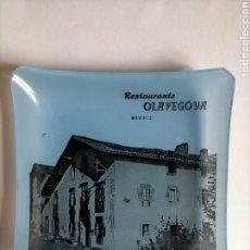 Antigüedades: CENICERO - TARJETERO RESTAURANTE OLAVEGOYA EN BERRIZ AÑOS 60. CRISTAL FINO. Lote 271150848