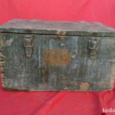 Antigüedades: BAUL O ARCON ANTIGUO DE MADERA CON REFUERZOS Y ASAS CONSISTENTES EN FORJA MEDIDAS: 36 X 62 X 44. Lote 271419813