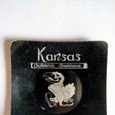 Antigüedades: CENICERO METÁLICO CON PUBLICIDAD DE CAFETERÍA AMERICANA KANSAS DE SANTANDER. Lote 271423558