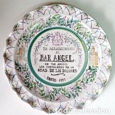 Antigüedades: PLATO DE CERAMICA DECORATIVO. AGRADECIMIENTO AL BAR ANGEL. PLATO-061. Lote 271544263