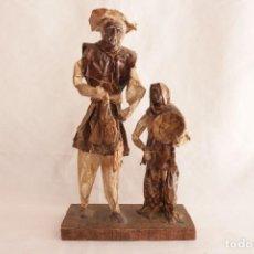 Antigüedades: CURIOSA ESCULTURA DE PAPEL MACHÉ DE LOS AÑOS 70S QUE REPRESENTA A UNA PAREJA DE AGRICULTORES. Lote 271585808