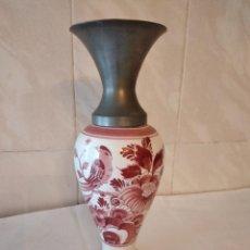 Antigüedades: PRECIOSO JARRÓN DE PORCELANA DELFT HOLLAND HANDPAINTED, VARIANTE ROJO,BOCA DE ESTAÑO. Lote 271663253