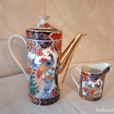 Antigüedades: PRECIOSA CAFETERA Y LECHERA DE PORCELANA MADE IN JAPAN ,DECORACION PAVOS REALES Y ORO. Lote 271670763