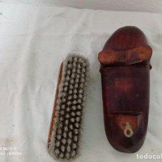 Antigüedades: ZAPATO DE MADERA CON SU CEPILLO, MUY DECORATIVO.. Lote 271693148