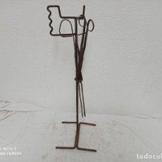 Antigüedades: SOPORTE DE FORJA PARA CHIMENEA CON DOS TENAZAS. Lote 271697413