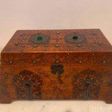 Antigüedades: CAJA MODERNISTA PIROGRABADA Y CON PEDRERIA. Lote 271699303