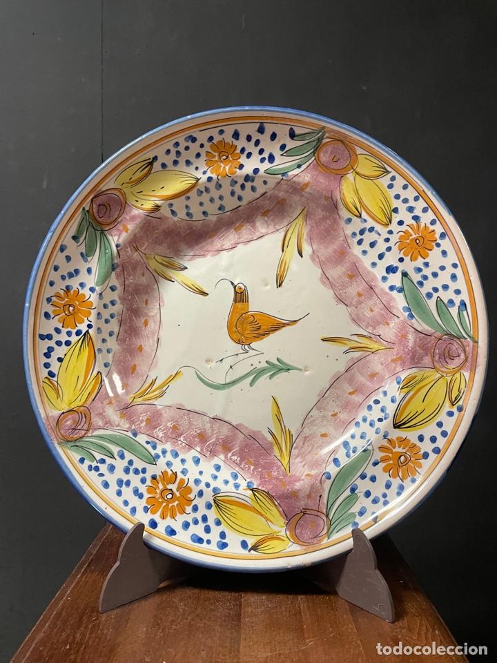 BONITO PLATO DE CERÁMICA PINTADO A MANO DE RIBESALBES (Antigüedades - Porcelanas y Cerámicas - Ribesalbes)