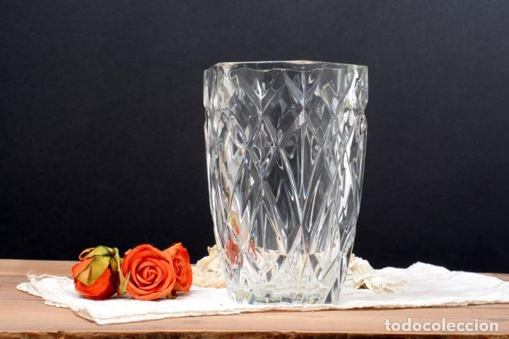 Antigüedades: Precioso jarrón francés de cristal tallado de mediados de siglo - Foto 2 - 271840493