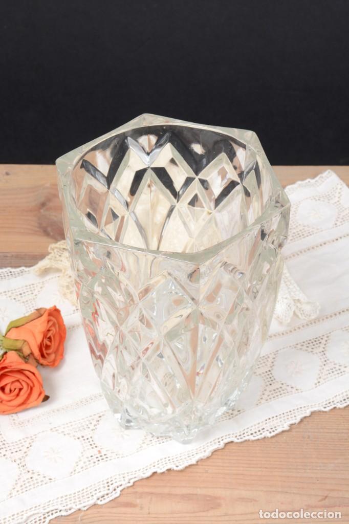 Antigüedades: Precioso jarrón francés de cristal tallado de mediados de siglo - Foto 3 - 271840493