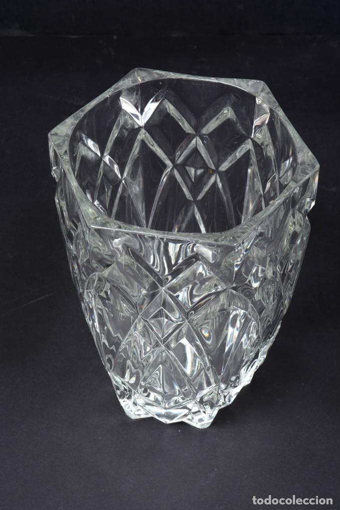 Antigüedades: Precioso jarrón francés de cristal tallado de mediados de siglo - Foto 4 - 271840493