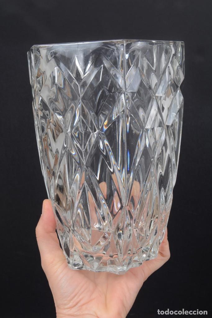 Antigüedades: Precioso jarrón francés de cristal tallado de mediados de siglo - Foto 10 - 271840493