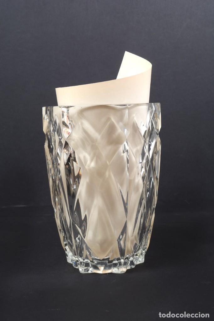 Antigüedades: Precioso jarrón francés de cristal tallado de mediados de siglo - Foto 11 - 271840493