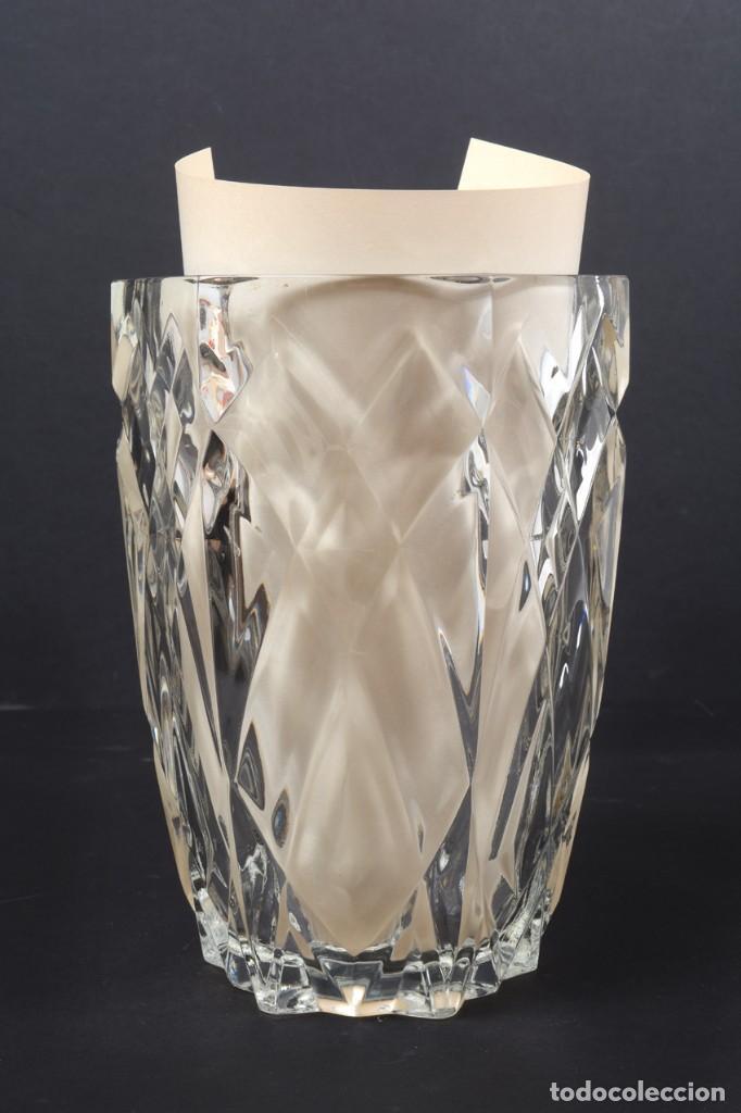 Antigüedades: Precioso jarrón francés de cristal tallado de mediados de siglo - Foto 12 - 271840493