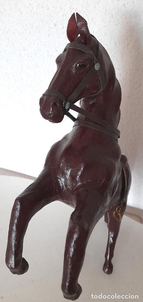 Antigüedades: Antiguo gran caballo forrado de cuero repujado o piel ojos cristal 41 cm con todas las correas - Foto 10 - 272173758