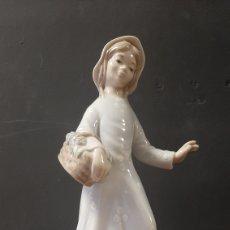 Antiquités: BONITA FIGURA DE CHICA CON CESTA DE FLORES PORCELANA ZAPHIR. Lote 272210178