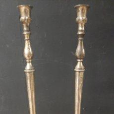 Antigüedades: PAREJA DE CANDELABROS DR BRONCE CANDELABROS PORTAVELAS DE 35X11 CM. Lote 272339028