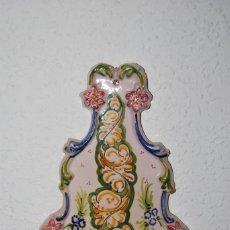 Antigüedades: BENDITERA DE CERÁMICA DE TALAVERA - V. TIMONEDA - FLORES. Lote 272357458