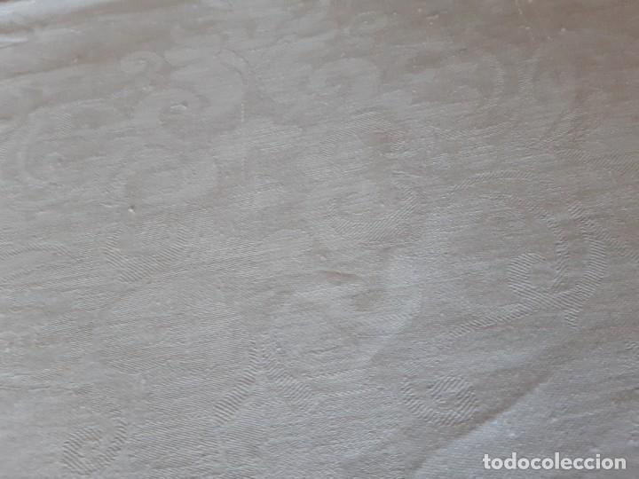 Antigüedades: MUY ANTIGUA Y ESPECIAL MANTELERIA DE HILO ADAMASCADA. 4 METROS DE LARGA X 237 DE ANCHA - Foto 4 - 272478948