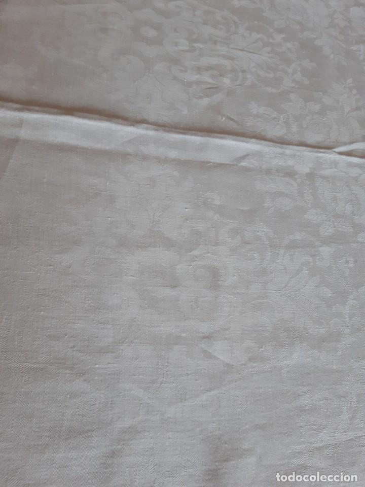 Antigüedades: MUY ANTIGUA Y ESPECIAL MANTELERIA DE HILO ADAMASCADA. 4 METROS DE LARGA X 237 DE ANCHA - Foto 9 - 272478948
