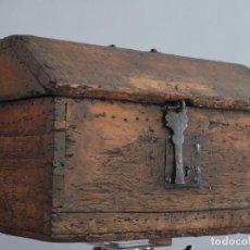 Antigüedades: ARQUETA DE TEJADILLO DE ESTILO GÓTICO. SIGLO XVI. MIDE 41 X 28 CM.. Lote 272492078
