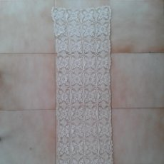 Antigüedades: T7 ANTIGUO TAPETE CAMINO DE MESA BEIGE DE ENCAJE GANCHILLO TELA MANTEL. Lote 272846868