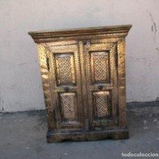 Antigüedades: APARADOR DE MADERA TALLADA Y FORRADO DE LATON GRABADO. Lote 272946058