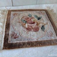 Antigüedades: PRECIOSA ALFOMBRA DE LANA CON DIBUJO DE FLORES EN EL CENTRO,PEQUEÑA.. Lote 273070898