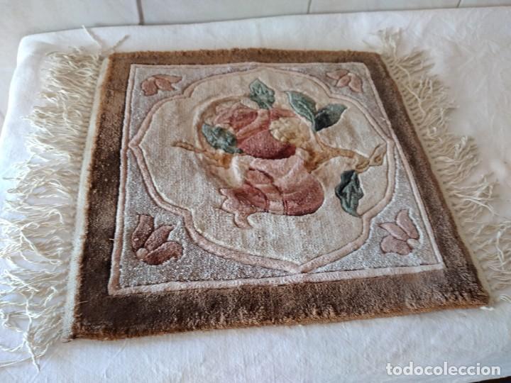Antigüedades: Preciosa alfombra de lana con dibujo de flores en el centro,pequeña. - Foto 2 - 273070898