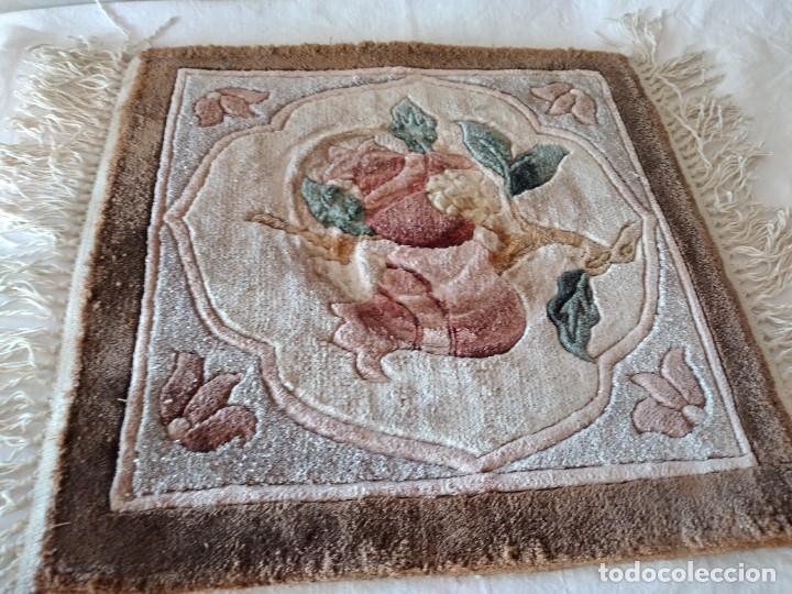 Antigüedades: Preciosa alfombra de lana con dibujo de flores en el centro,pequeña. - Foto 3 - 273070898