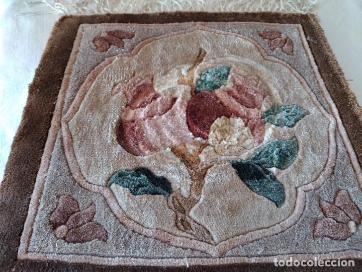 Antigüedades: Preciosa alfombra de lana con dibujo de flores en el centro,pequeña. - Foto 4 - 273070898