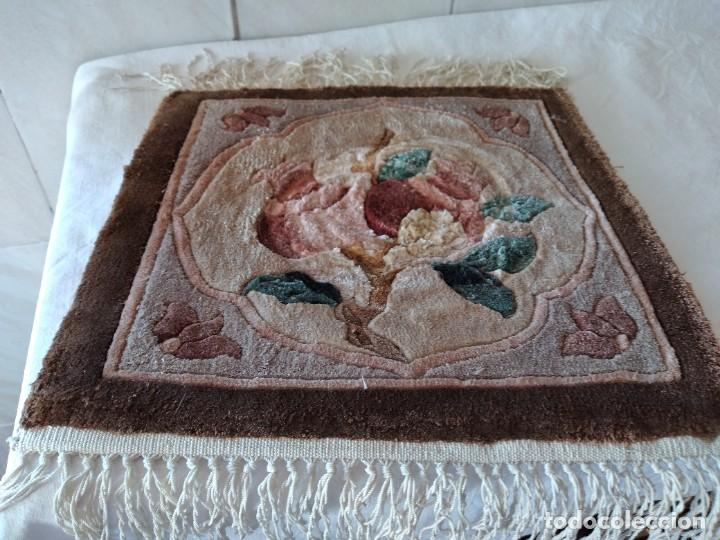 Antigüedades: Preciosa alfombra de lana con dibujo de flores en el centro,pequeña. - Foto 5 - 273070898