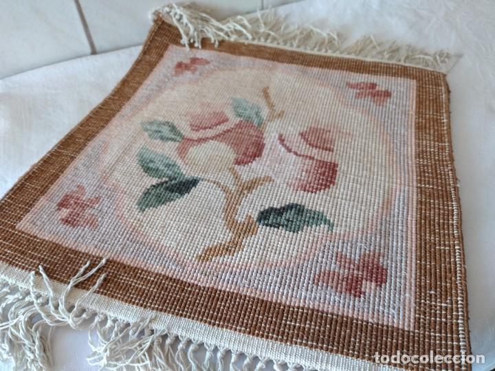 Antigüedades: Preciosa alfombra de lana con dibujo de flores en el centro,pequeña. - Foto 6 - 273070898