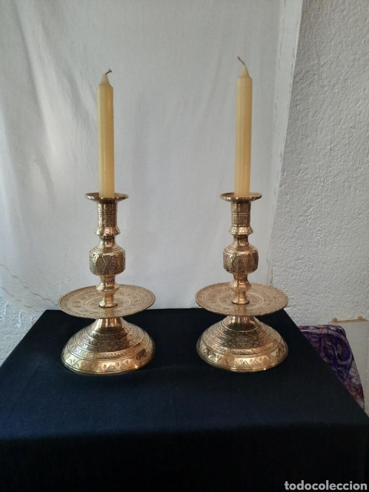 CANDELABRO CANDELERO DE ALTAR LITURGIA BRONCE REPUJADO PAREJA. (Antigüedades - Religiosas - Artículos Religiosos para Liturgias Antiguas)
