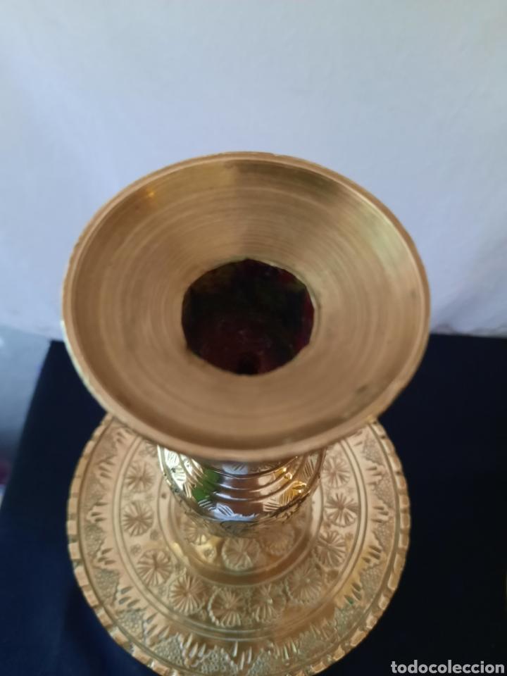 Antigüedades: Candelabro candelero de Altar liturgia bronce repujado pareja. - Foto 2 - 268992154