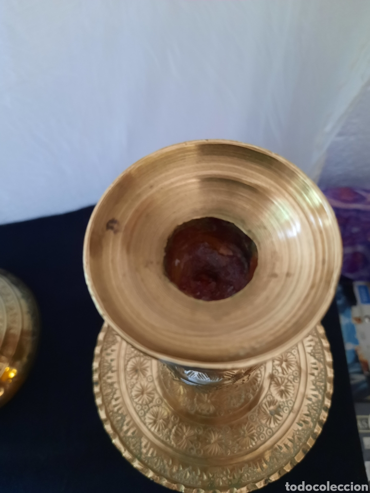 Antigüedades: Candelabro candelero de Altar liturgia bronce repujado pareja. - Foto 3 - 268992154