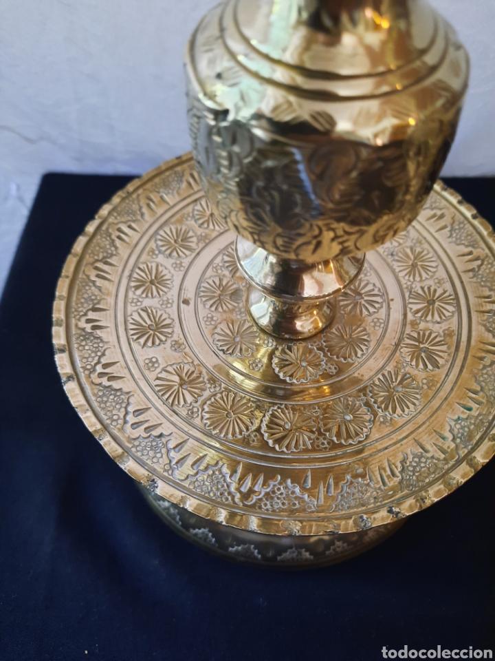 Antigüedades: Candelabro candelero de Altar liturgia bronce repujado pareja. - Foto 6 - 268992154