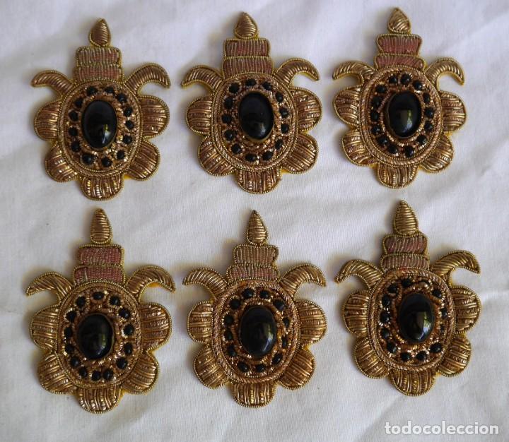 Antigüedades: 6 parches bordados con hilo dorado y vidrios o cristales negros - Foto 2 - 273305243