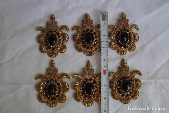 Antigüedades: 6 parches bordados con hilo dorado y vidrios o cristales negros - Foto 3 - 273305243