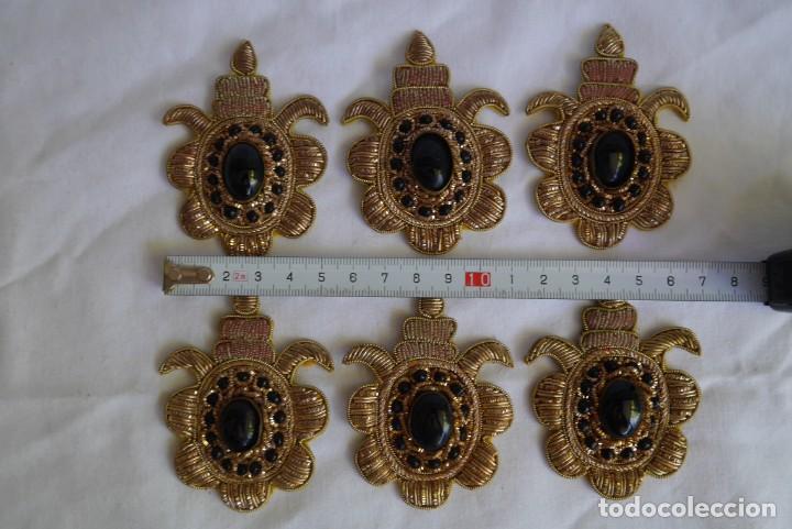 Antigüedades: 6 parches bordados con hilo dorado y vidrios o cristales negros - Foto 4 - 273305243