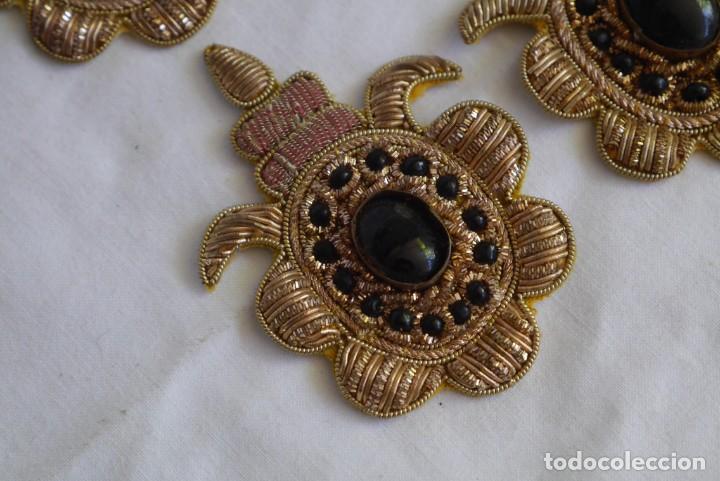 Antigüedades: 6 parches bordados con hilo dorado y vidrios o cristales negros - Foto 5 - 273305243