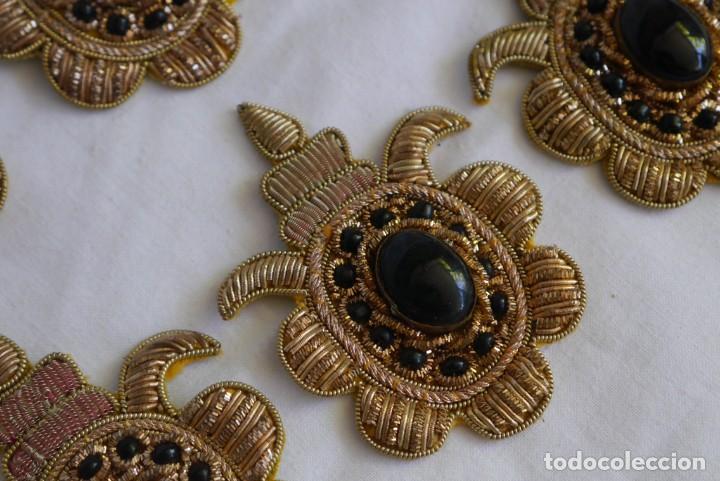 Antigüedades: 6 parches bordados con hilo dorado y vidrios o cristales negros - Foto 6 - 273305243