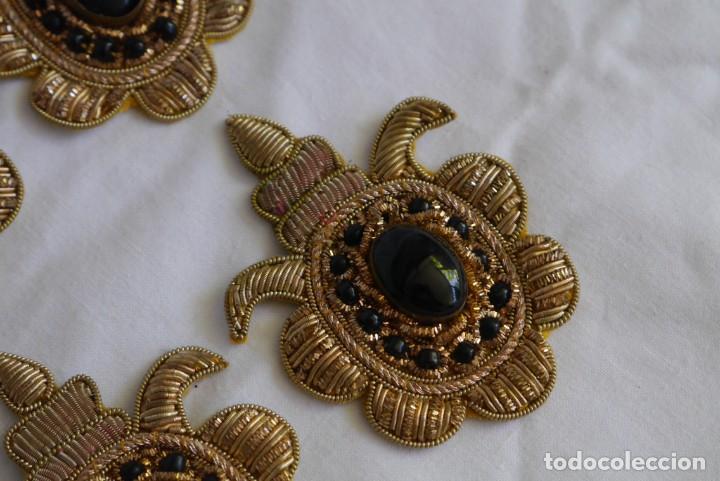 Antigüedades: 6 parches bordados con hilo dorado y vidrios o cristales negros - Foto 7 - 273305243