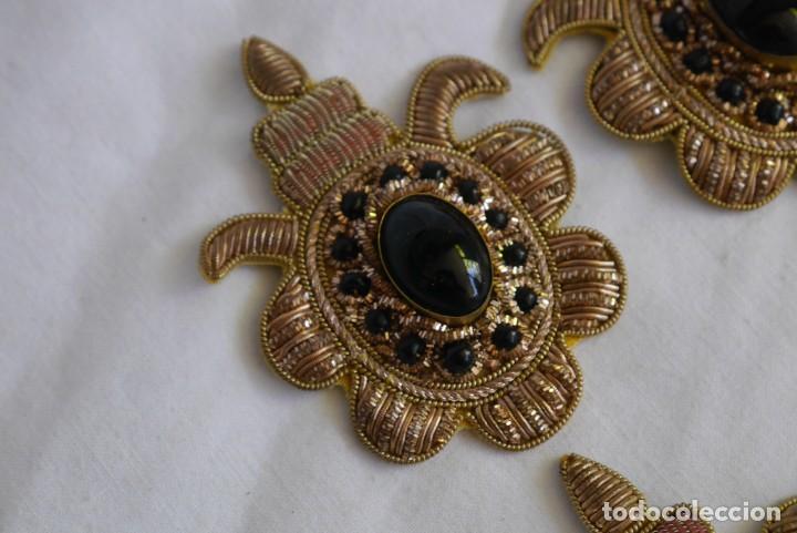 Antigüedades: 6 parches bordados con hilo dorado y vidrios o cristales negros - Foto 8 - 273305243